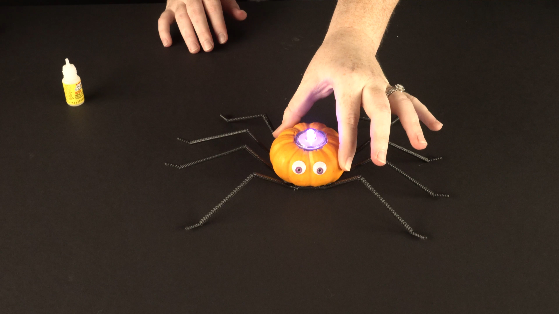 Halloween crafts with color-changing led tea lights - spider step 5