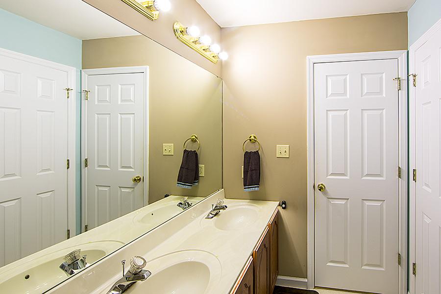 E27 LED Bulb, 8W: Installed In Bathroom Light Fixture