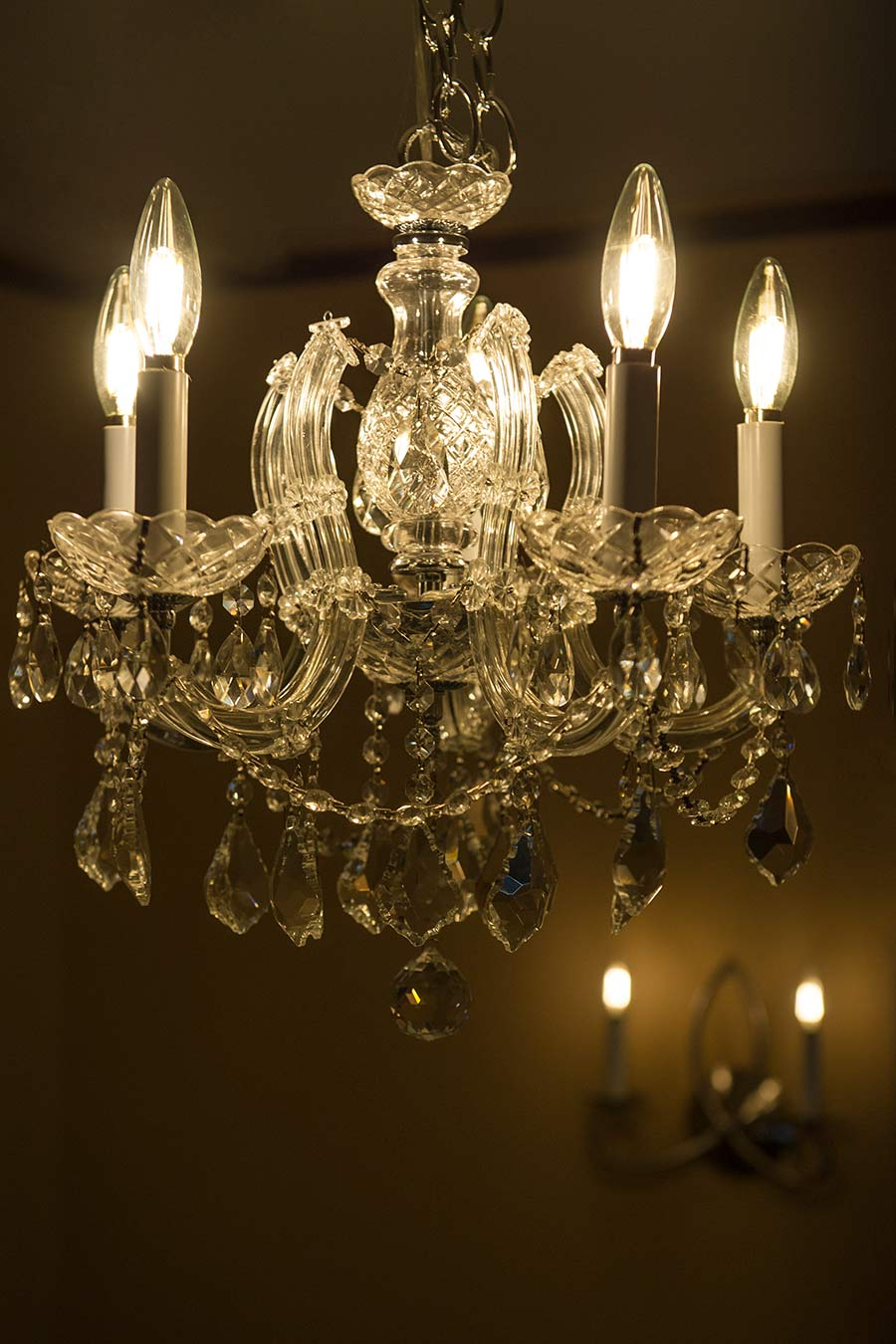 above b10dx4dfe12 featured in both a decorative wall sconce and a chandelier light fixture
